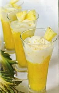 Atogrąžų vaisių kokteilis su vaniliniais ledais