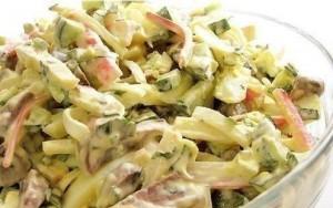 Grybų salotos su agurkais, krabų lazdelėm ir kiaušiniais