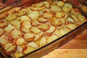 Šviežių bulvių apkepas su šonine ir daržovėmis