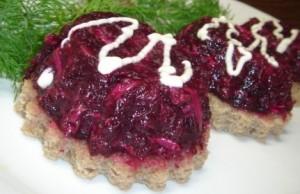Burokėlių salotos su marinuotais agurkėliais ir sūriu be majonezo