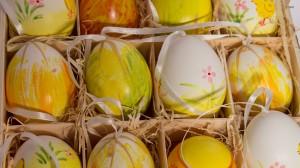 Įdomiai dekoruoti velykų kiaušiniai pakuotėje