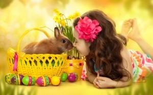 Mergaitė ir velykių triušiukas bei kiaušiniai