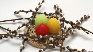 Velykinė puokštė iš kačiukų šakų ir velykinių kiaušinių