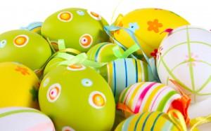 Šviesiomis spalvomis dekoruoti velykų kiaušiniai