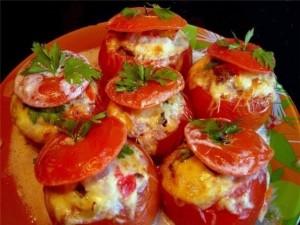 Kepti pomidorai įdaryti vištienos filė ir daržovėm