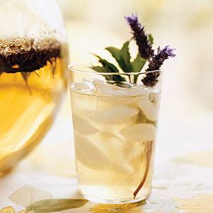 Šalta ramunėlių, lavandų ir mėtų arbata