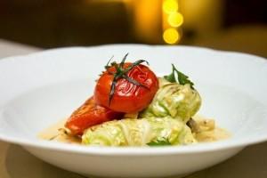 Balandėliai su triušiena ir keptais pomidorais