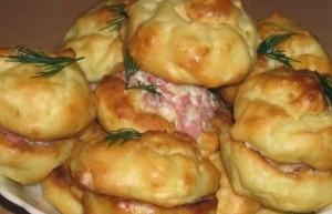 Plikyti bulvių pyragėliai su sūrio ir kumpio įdaru