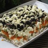 salotos su rukyta vistiena, slyvomis ir zirneliais