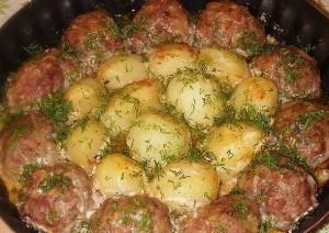 Kotletai ir bulvės grietinės bei pomidorų padaže