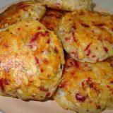 Kotletukai iš bulvių, dešrelių ir sūrio