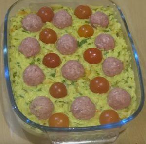 Tarkuotų bulvių užkepėlė su mėsos kukuliukais ir pomidorais