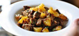 Bulvės, mėsa ir grybai kepti orkaitėje