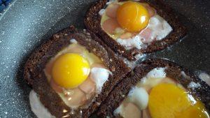Karšti sumuštiniai su dešrelėmis ir kiaušiniais