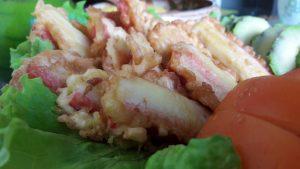 Krabų lazdelės tešloje su pomidorais ir avokadais