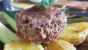 Mėsos pyragėliai su sūriu ir saulėje džiovintais pomidorais