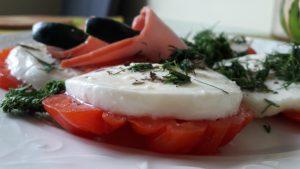 Mocarelos ir pomidorų salotos