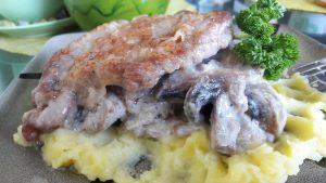Sprandinės kepsniai su grybų padažu ir bulvių koše