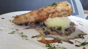 Kepta jūrinė lydeka su bulvių koše ir grybų padažu