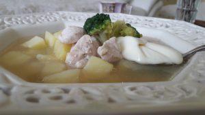 Vištienos sriuba su brokoliais ir sureliu
