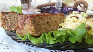 Amerikietiškas mėsos kepsnys su kopūstų salotomis