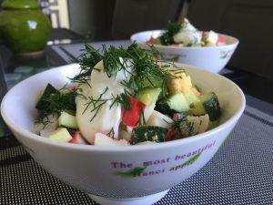 Krabų lazdelių ir agurkų salotos
