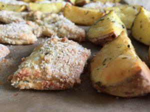 Žuvis su prieskoninėmis bulvių skiltelėmis
