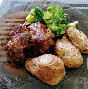 Jautienos kepsniai su bulvėmis ir brokoliais