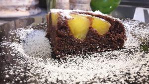 Kakavinis pyragas su karamelizuotais obuoliais
