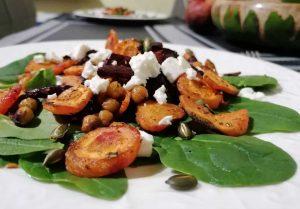 Keptų daržovių, fetos ir špinatų salotos