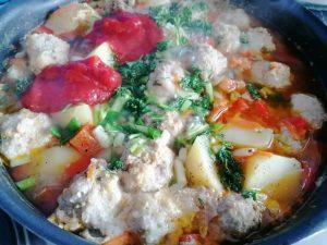 Mėsos kukulių ir daržovių troškinys